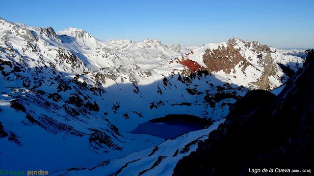 Lago de la Cueva con nieve en Somiedo
