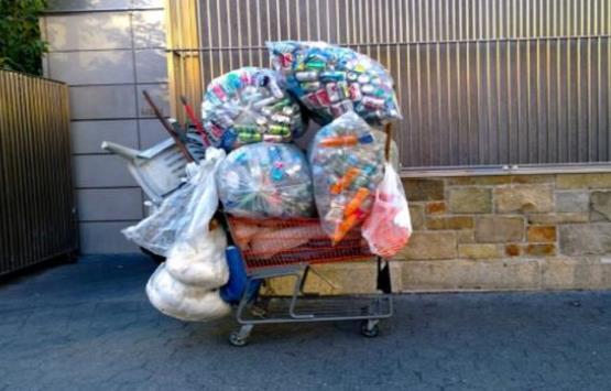 لهذا السبب هذه المليونيرة تجمع القمامة !