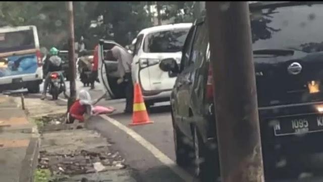 Sadis, Ibu Usir Anaknya dari Mobil, Videonya Viral