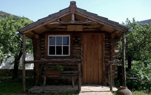 Cabana de troncos construída pelo autor do blog em 2014.