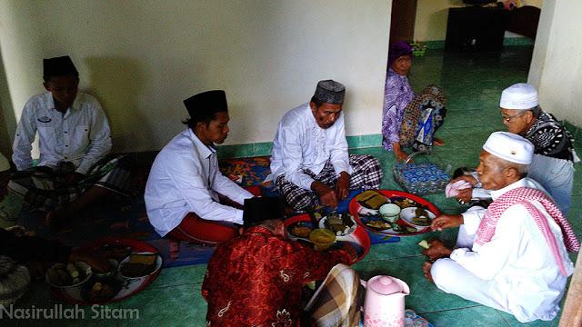 Makan bareng di rumahku sepulang dari masjid