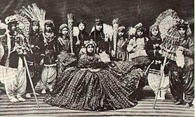 Sejarah Negara Nepal  Pemerintah   Pada November 1990 , Raja Birendra mengumumkan konstitusi baru dan memperkenalkan demokrasi parlementer multipartai di Nepal . Di bawah tekanan di tengah protes pro-demokrasi besar-besaran pada bulan April 2006 , Raja Gyanendra menyerah pemerintahan langsung dan dipulihkan Parlemen , yang kemudian dengan cepat pindah untuk mengurangi kekuasaan Raja . Pada Desember 2007, DPR sebagai untuk menghapuskan monarki dan menjadi republik demokratis federal. Transisi ke sebuah republik selesai pada Mei 2008, ketika assemby Konstituante sebagai untuk membubarkan monarki .  Sejarah   Peradaban pertama di Nepal , yang berkembang sekitar abad ke -6 SM , yang terbatas pada subur Lembah Kathmandu di mana ibukota masa kini dengan nama yang sama berada. Itu di daerah ini bahwa Pangeran Siddhartha Gautama lahir c . 563 SM Gautama mencapai pencerahan sebagai Buddha dan melahirkan Buddhisme . Patronase awal penguasa Nepal ' Buddhisme sebagian memberi jalan untuk Hindu , mencerminkan pengaruh peningkatan India , sekitar abad ke-12 . Meskipun dinasti berturut-turut Gopalas , Kiratis , dan Licchavi memperluas kekuasaan mereka , tidak sampai masa pemerintahan raja-raja Malla from 1200-1769 bahwa Nepal diasumsikan dimensi perkiraan negara modern.  Kerajaan Nepal disatukan pada 1768 oleh Raja