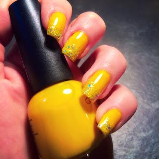 nail art gialla con i brillantino realizzata con la punta dello smalto picchiettando