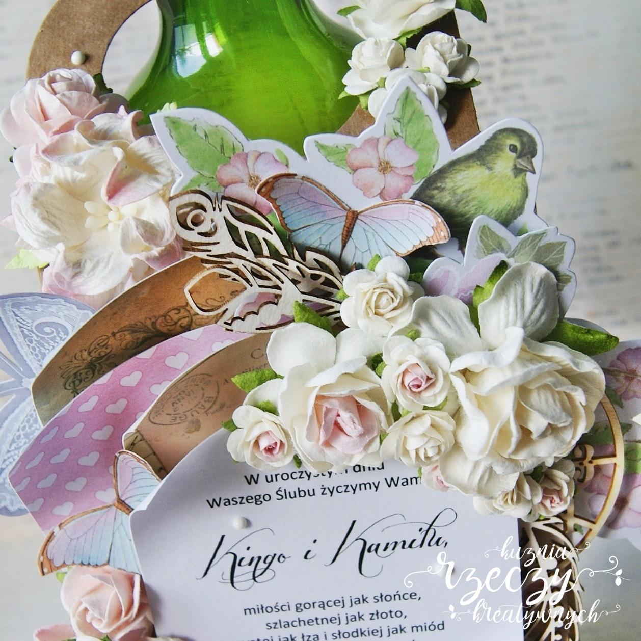 Pełna warstw, kwiatów i kolorów, etykieta na butelkę wina w prezencie ślubnym.
