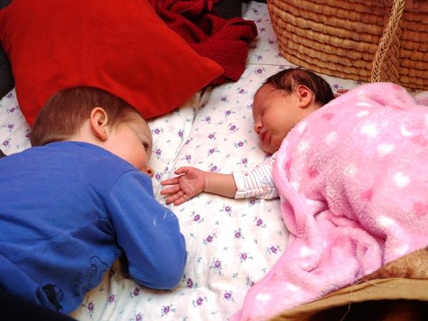 rodzeństwo, trójka dzieci, maluszek w domu, starszaki, adaptacja, z rodzicami, noworodek w domu, starsza siostra, starszy brat