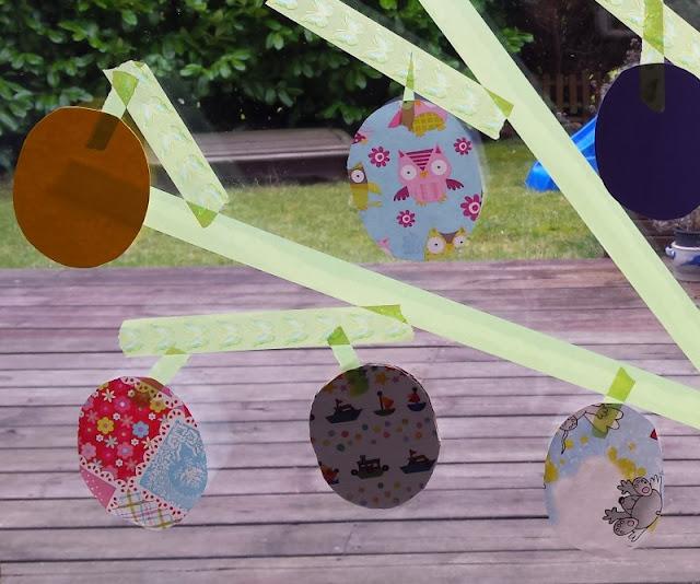 DIY: Unser Masking Tape Osterbaum. Auf Küstenkidsunterwegs zeige ich Euch mit einer einfachen Anleitung, wie Ihr Euren Masking Tape Osterbaum ganz schnell selber klebt. Mit Blättern aus Ostereiern und viel Oster-Spaß für die Kinder!