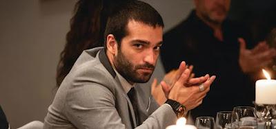 Sandro (Humberto Carrão) durante o jantar da PWA; personagem de Amor de Mãe reconheceu o irmão