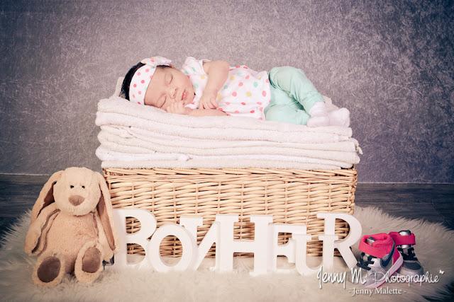 Photo bébé portrait petite fille sur panier en osier avec serviettes blanches