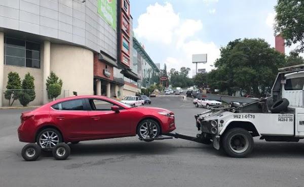 Cae en un bache del Edomex y ahora deberá pagar 27 mil pesos para reparar su auto