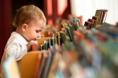 """Польза от чтения художественной литературы есть, но заставлять ребёнка читать даже самые """"правильные"""" книги не стоит. Лучше следовать за его интересами и развивать их"""