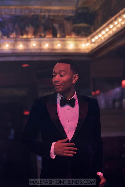 John Legend se enfunda en elegantes looks perfectos para la temporada festiva, posando para las fotografías de Blair Getz Mezibov