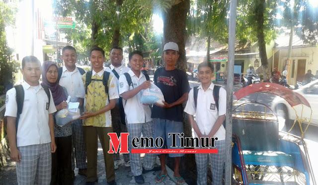 Siswa/siswi SMA Negeri 3 Lumajang memilih merayakan kelulusan dengan bagi-bagi sembako