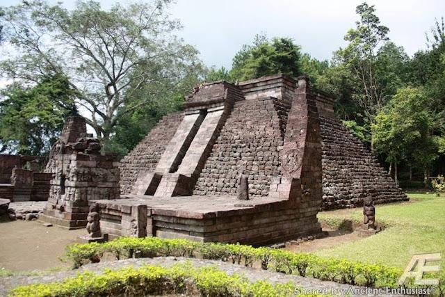 В центральной части острова Ява в Индонезии, на склонах горы Лаву, примерно в 40 км к востоку от города Соло, находится храмовый комплекс Канди(чанди) Сукух. Особенностью этого комплекса является тот факт, что в его центральной части возвышается ступенчатая пирамида. Эта подлинная ступенчатая пирамида, как считают ученые, была построена в 1437 г. н.э. Согласно ее описанию, она считается «древней эротической пирамидой острова Ява», а сам храм- храмом любви. Храмовый комплекс украшен каменной резьбой ваянг индусского происхождения. Считается, что слово «канди», происходит от слова «Чандика» — одного из названий богини смерти Дурги, сотворившей смерть красной расе гигантам Ассиям. Красная раса подверглась наибольшему изменению: изначально ее представители имели смуглую кожу, стального цвета глаза и золотистые с бронзовым отливом волосы. Храмовый комплекс Канди Сукух - индуистский храм на острове Ява, в Индонезии, построенный в виде ступенчатой пирамиды. Храм расположен на западном склоне горы Лаву на высоте 900 метров. Храмовый комплекс Канди Сукух относится к пятнадцатому веку, а его центральная пирамида, по мнению историков, была сооружена в 1437-м году. Архитектура весьма необычная для Индонезии - это единственный храм такого рода на территории страны. Ступенчатая пирамида полностью идентична пирамидам народа майя из центральной Америки и как так получилось остаётся тайной.