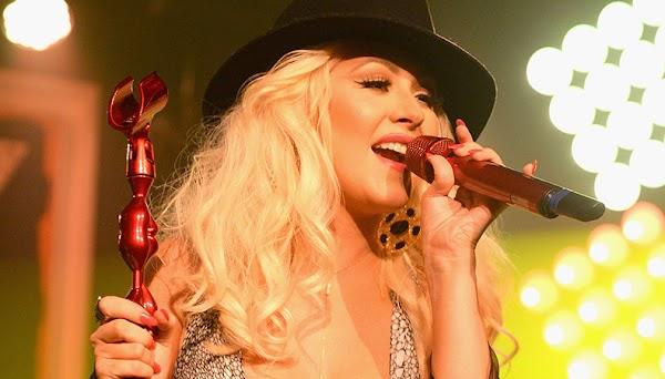 """Christina Aguilera emociona com performance de """"Stormy Weather"""", clássica canção de 1933!"""