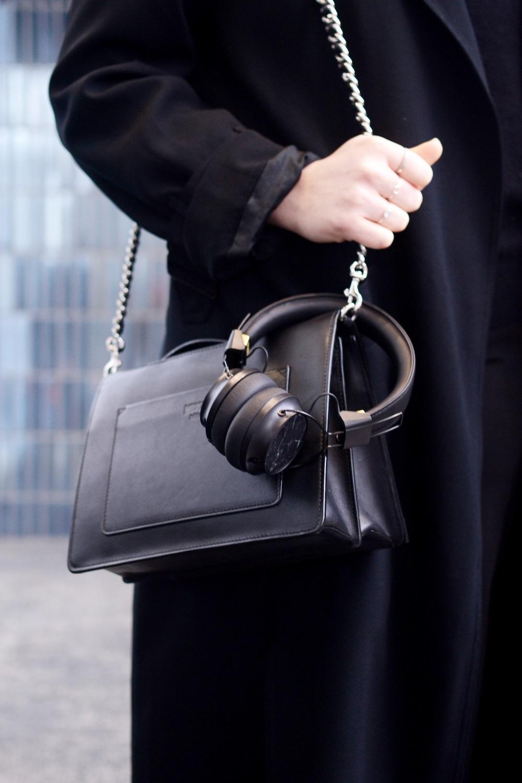 Vancouer fashion blogger outfit miss stan smith Aritzia trench coat Sudio Sweden Regent headphones review vancouver fashion blogger