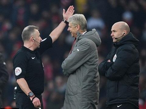 Huấn luyện viên Wenger phải thi hành án treo giò 4 trận từ FA.