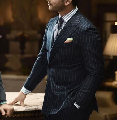 Hombre vestido elegantemente para su trabajo