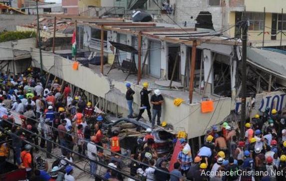 Rescate dos niños de escombros de colegio colapsado
