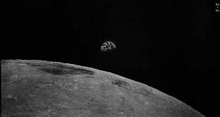 Foto scattata da Zond 8: la Terra sull'orizzonte lunare.