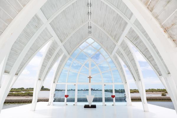 台南北門水晶教堂婚紗美地拍浪漫美照,多個場景和彩繪牆免費拍