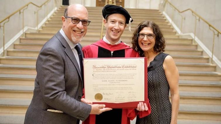 Mark Zuckerberg Bersama Orang Tuanya di Harvard University