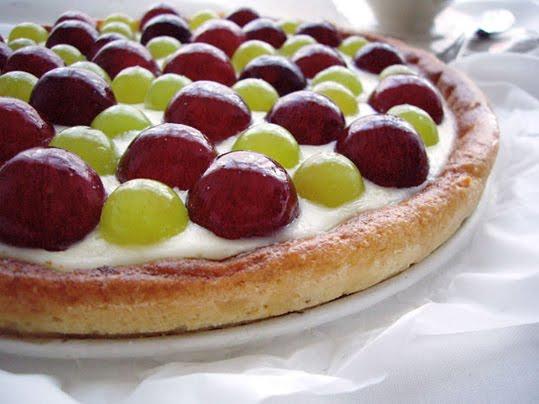 pastel de queso y uvas