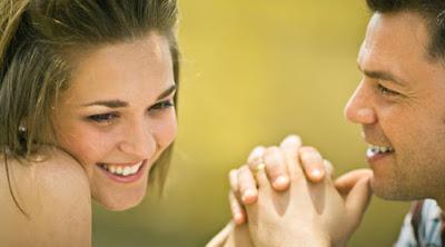 كيف تعرف ما إذا كانت حبيبتك السابقة ما زالت تحبك  رجل يمسك يد امرأة فتاة يحبها علاقة غرامية man woman holding hands hand love romance