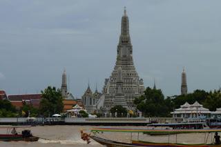 Vistas del Wat Arun desde la otra orilla.
