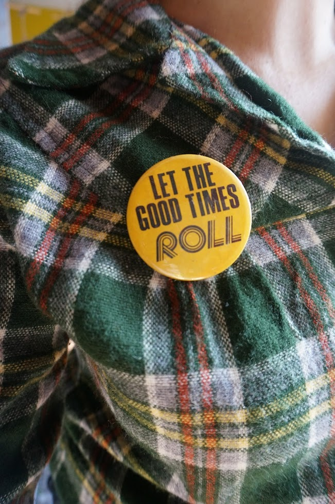 """badge années 70 """" Let the good times roll 1970s"""