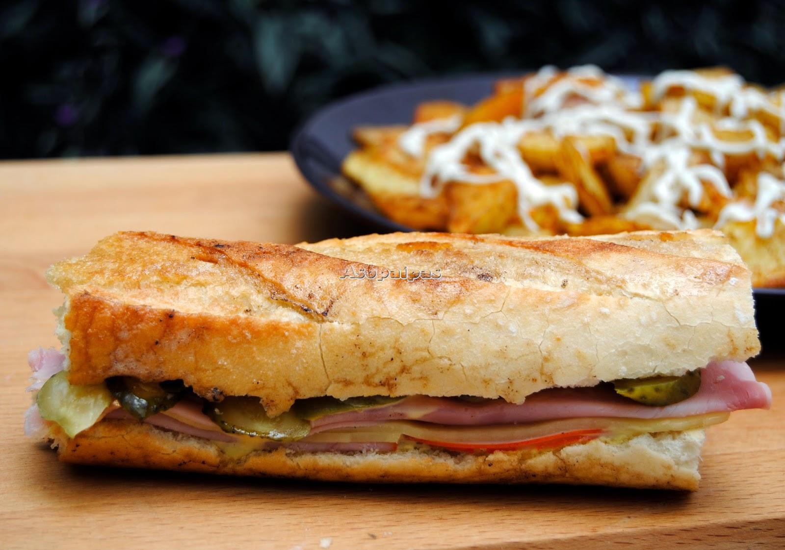 Sándwich Cubano con Pepinillo, cerdo en lonchas, jamón cocido y queso Gouda