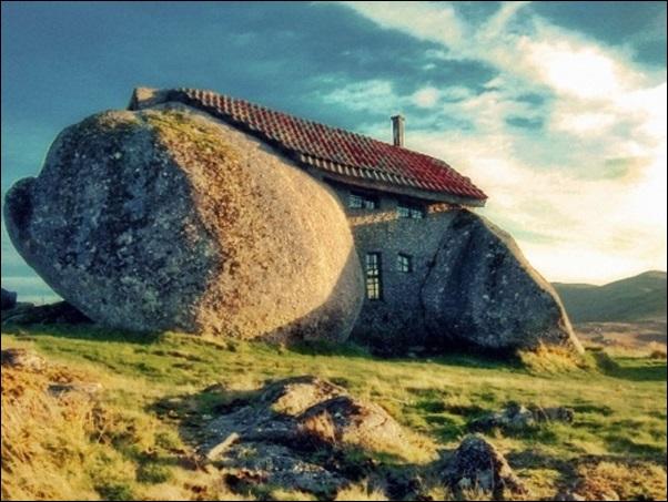 casa construida dentro da pedra