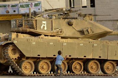 anak kecil palestina lawan tank yahudi