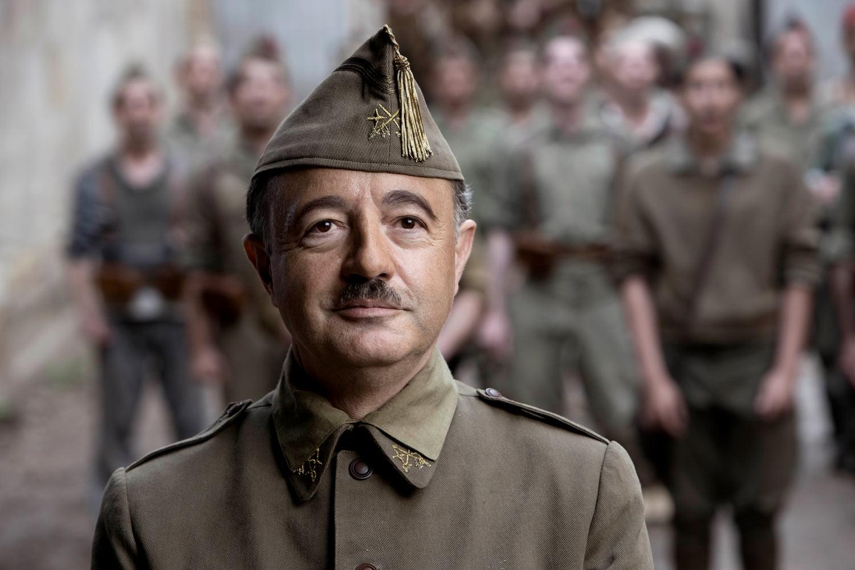 MIENTRAS DURE LA GUERRA - Santi Prego es Francisco Franco
