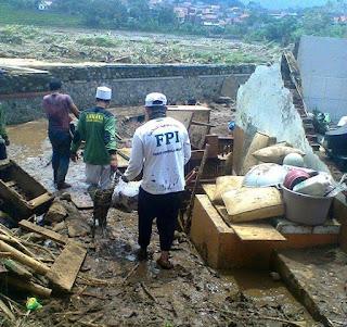Karena Gak Bakal Masuk TV, Share !! FPI Turun Tangan Bantu Korban Banjir Bandang Garut, Seperti Biasa Tak Masuk TV - Commando