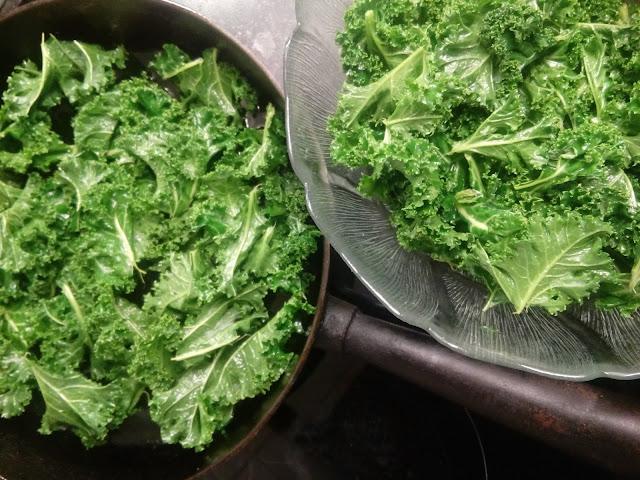 stekpanna och glasskål med grönkålschips baddade i kallpressad olivolja och himalayasalt