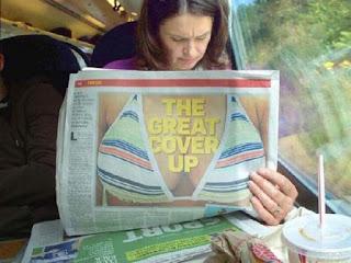 Frau beim Zeitung lesen Bikini lustig