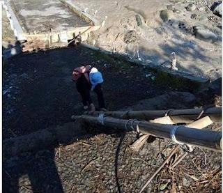 Perjuangan seorang guru melewati sungai Kali Keruh Kandangseran(Foto : Pekalongan info)