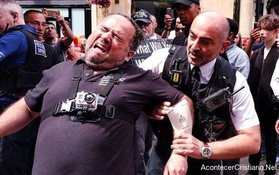 Predicador arrestado en la calle por predicar