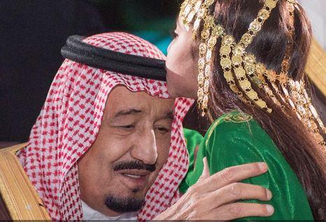 سبحان مبدل الاحوال لن تصدق من هي الطفلة التي قبلت رأس الملك سلمان.... شاهد لتعرف بنفسك من تكون