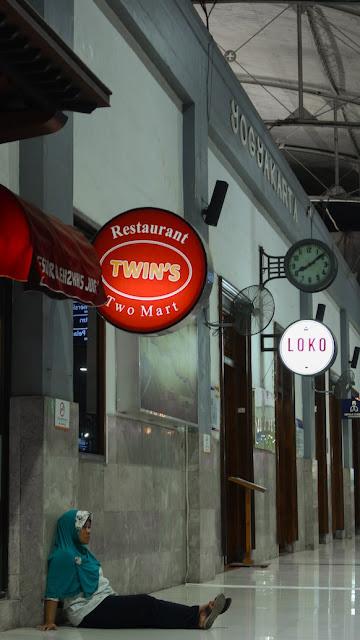 loko cafe stasiun tugu yogyakarta