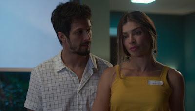 Marcos (Romulo Estrela) fica desconfortável com o pedido do pai para Paloma (Grazi Massafera) dormir com ele — Foto: Globo