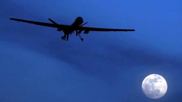 Un avión no tripulado estadounidense no tripulado Predator vuela sobre Kandahar Air Field, el sur de Afganistán, en una noche iluminada por la luna, el 31 de enero de 2010. (Foto AP / Kirsty Wigglesworth, Archivo)