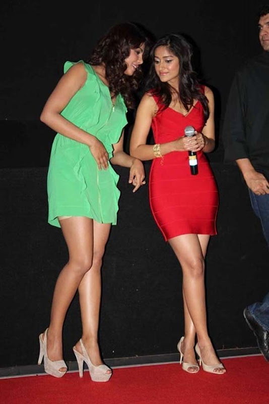 Priyanka Chopra and Ileana looks hot at Barfi trailer launch stills