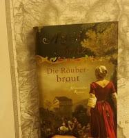 das Cover zeigt eine Frau in typischer Tracht von 1800 von hinten
