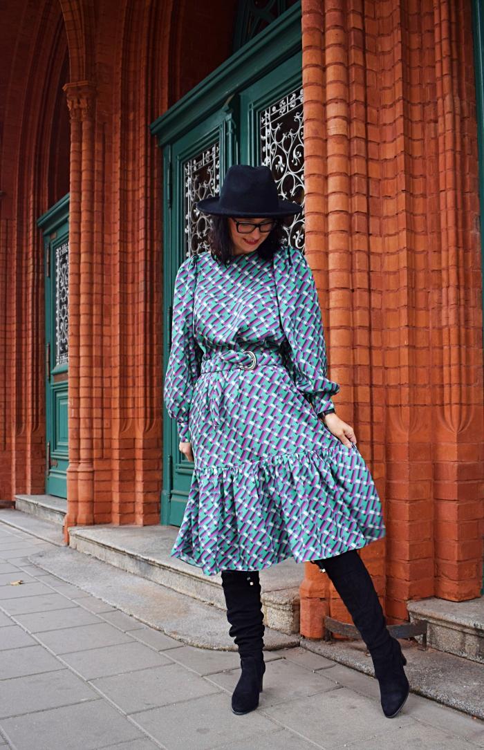 Sukienka z bufiastymi rękawami z tkaniny op-art