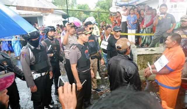 Polisi saat melakukan rekonstruksi di lokasi kejadian