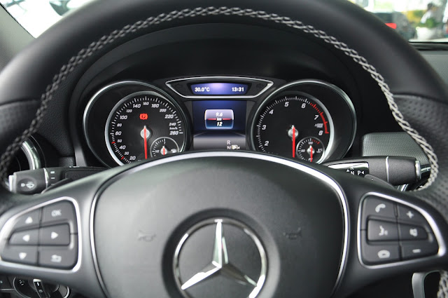 Mercedes CLA 200 sử dụng Vô-lăng đa chức năng 3 chấu được bọc da tỉ mỉ với chỉ khâu màu tương phản