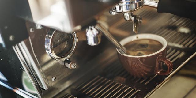 café de máquina en un bar, de esos que subieron con el euro