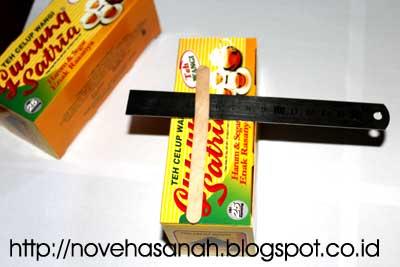 untuk membuat prakarya kotak pensil yang mudah ini kita mulai dengan membandingkannya dengan panjang stik es krim (2 cm lebih pendek)