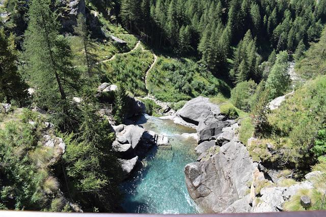 Dal ponte sopra le cascate di Lillaz